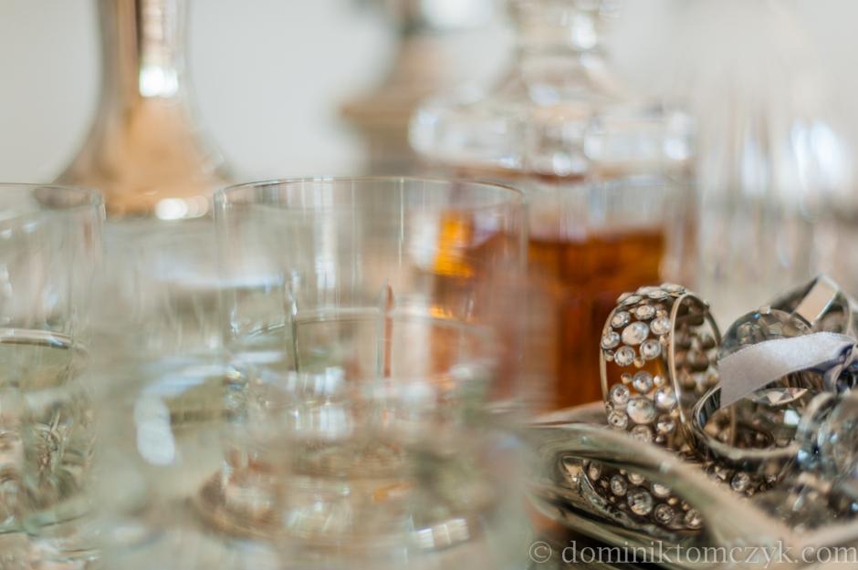 Stolik z karafkami na alkohol